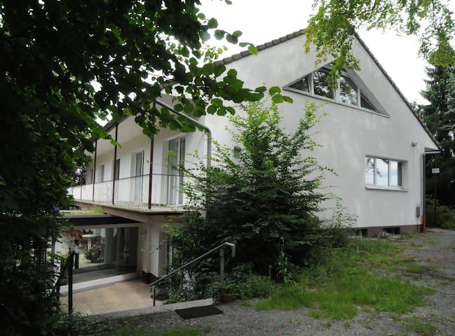 Modernes Zimmer mit Waldbalkon