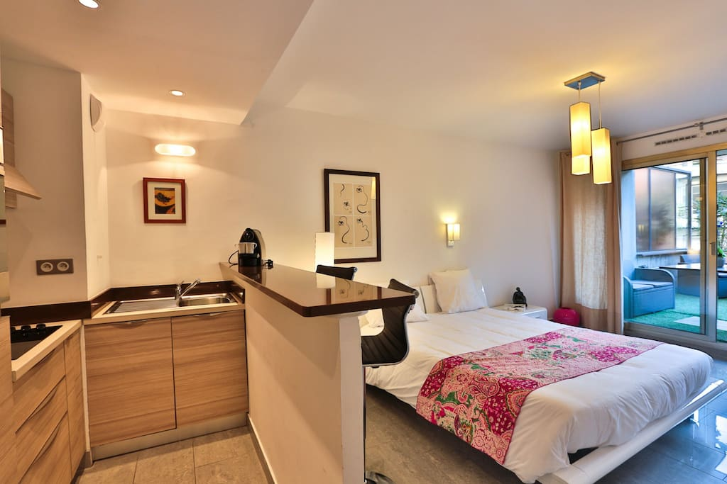r s maison blanche studio terrasse condomini in affitto a juan les pins provenza alpi costa. Black Bedroom Furniture Sets. Home Design Ideas