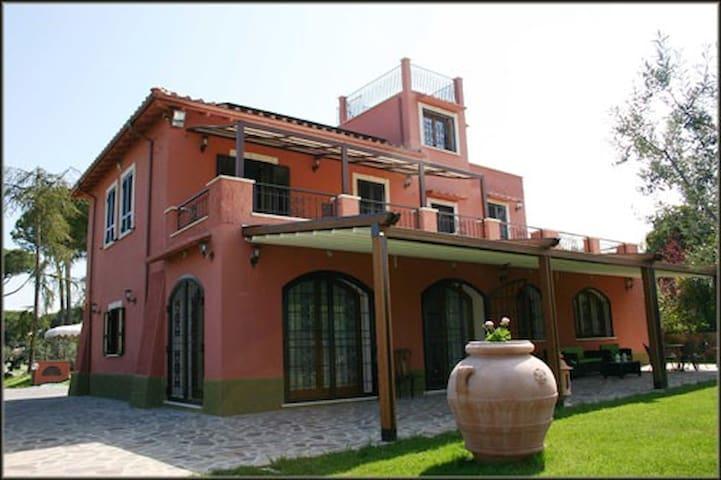 Casale con vista panoramica, parco e piscina. - Frascati - House