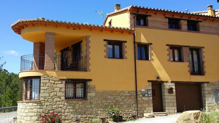 Habitación con cama de matrimonio - Fuentes de Rubielos - บ้าน