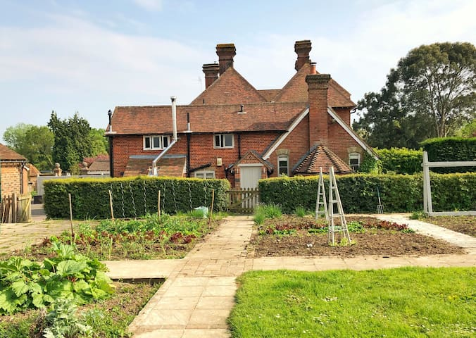Charming country cottage nr London