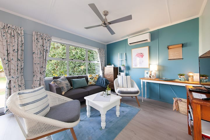 Lemon Tree Cottage-A real cutie close to the lake!