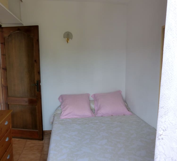 La chambre avec un lit 2 places