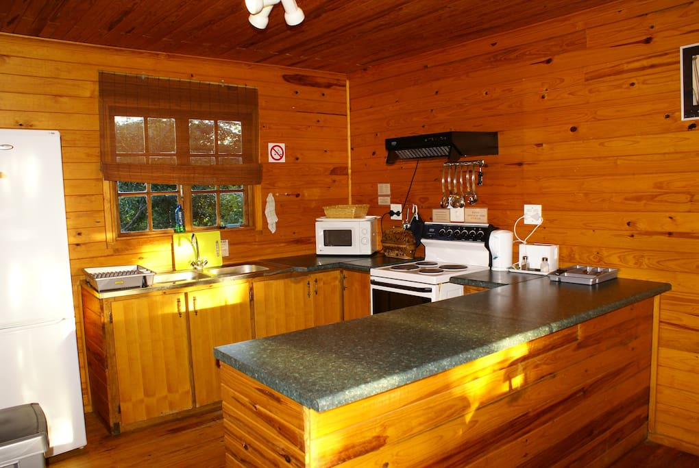 Bushbaby Tree Cabin - Kitchen