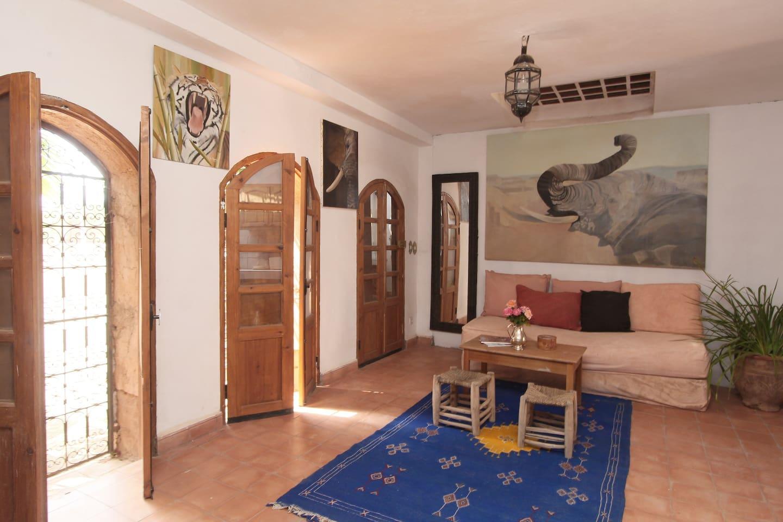 Le salon avec sa porte d'entée autonome 'fond à gauche) qui donne vers l'extérieur.