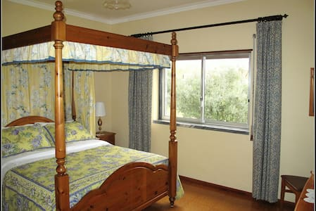 Four Poster Bed & En-suite Bathroom - Tomar