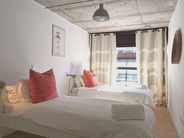 Cuarto con 2 camas individuales.