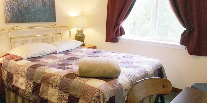 A Queen Bedroom with Private Bathroom - Alaska Garden Gate Bed & Breakfast