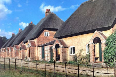 Thatched cottage in rural setting. - West Berkshire