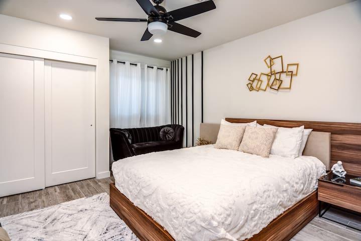 Bedroom with single queen bed
