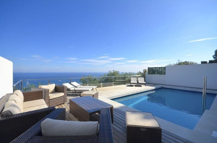 Newly-refurbished semi-detached house with spectacular sea views, situated in La Borna, 2k