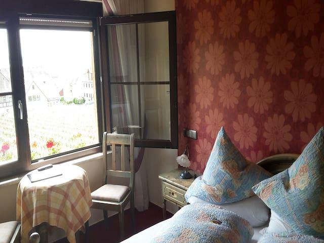 Gästehaus Ainser, (Hagnau am Bodensee), Doppelzimmer zur Einzelnutzung mit Dusche/WC