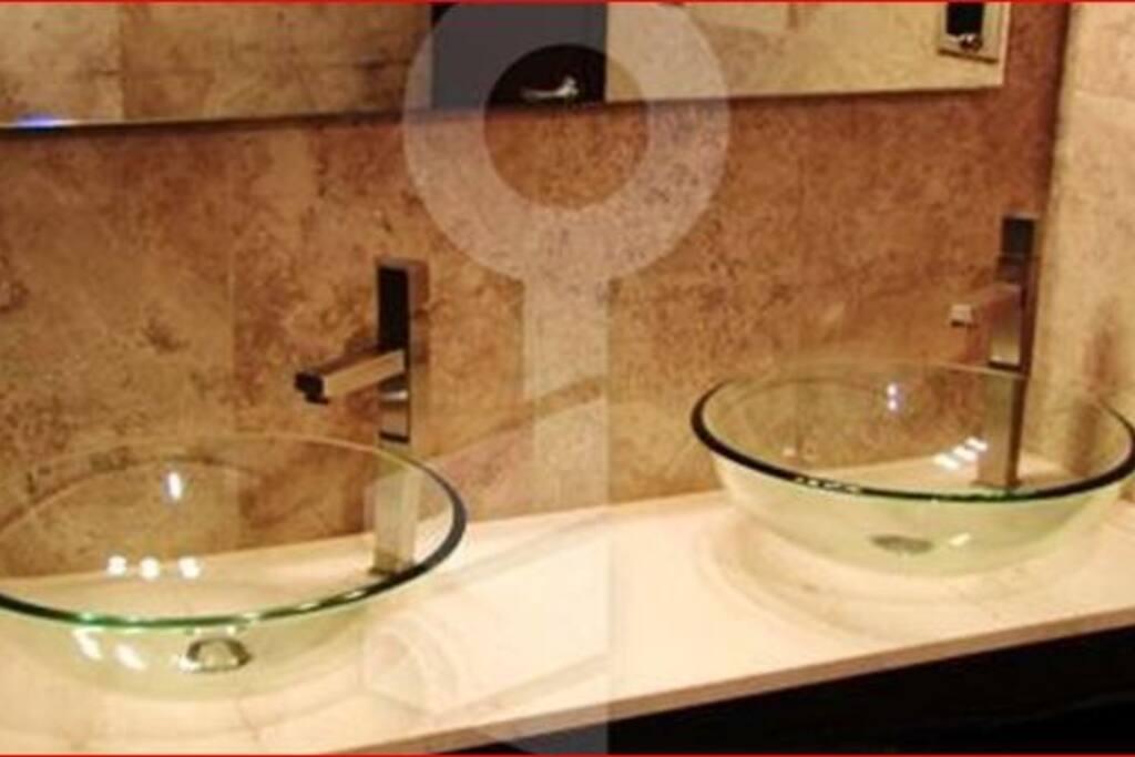 Amplio baño compartido con doble lavabo