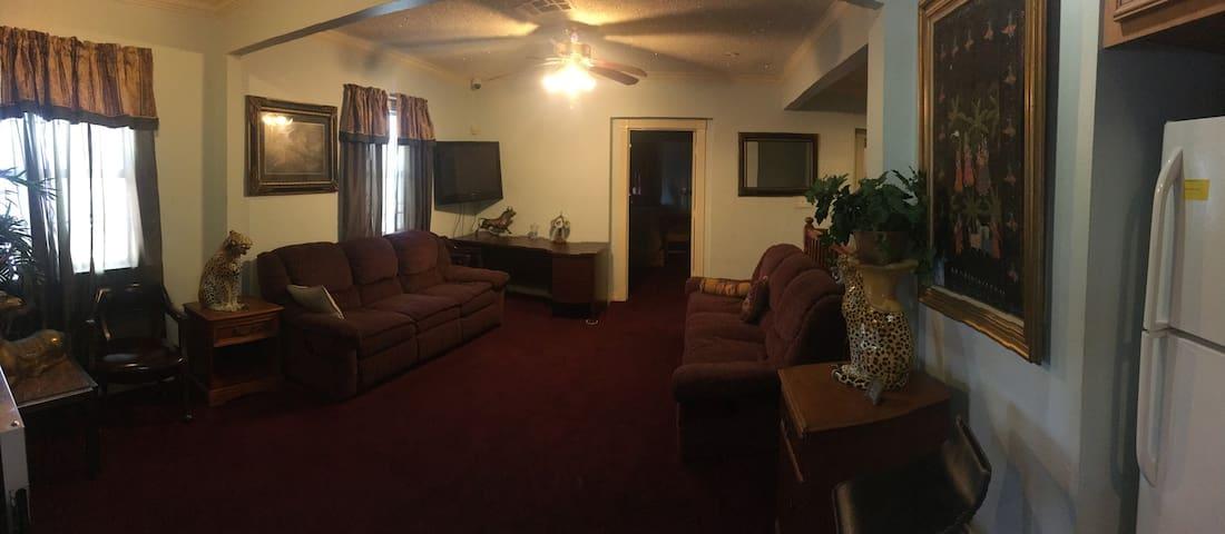 Second Floor Bedroom Near Downtown Houston!