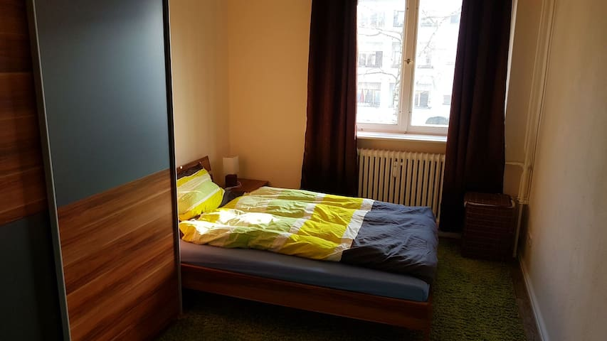 Private nice room near Metro U8 and Tegel Airport - Berlin - Lägenhet