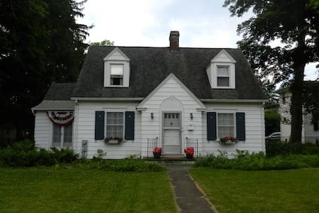 Corner Cottage in Cazenovia Village - Cazenovia - Talo