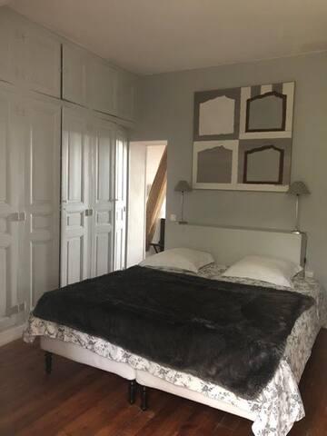 Chambre avec placards et fenêtre sur la forêt.