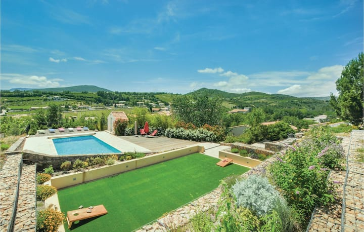 Stunning home in Cascastel d. Corbieres with WiFi, 5 Bedrooms and Outdoor swimming pool