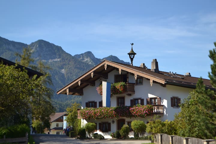 "Cosy Holiday Apartment ""Beim Kreuzfelder Zwiesl"" with Wi-Fi, Garden, Balcony & Mountain View; Parking Available"