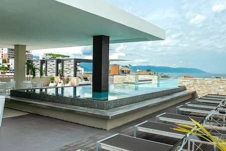 Contemporary Suite Rooftop Pool, Great for Couples