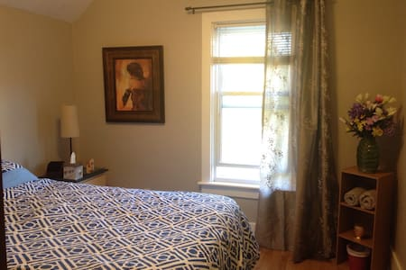 Cozy room with a pillow top double bed - Downtown - Kingston