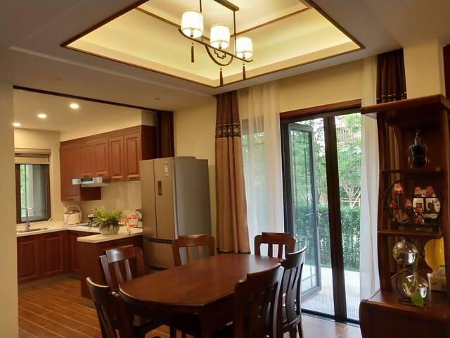 明亮的餐厅配1.5米组合圆餐桌;厨房(厨房用具齐全,免费提供米、调味品)