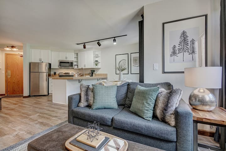 New Chic Ski-in/out Condo | Sleeps 4 | Park Free!!