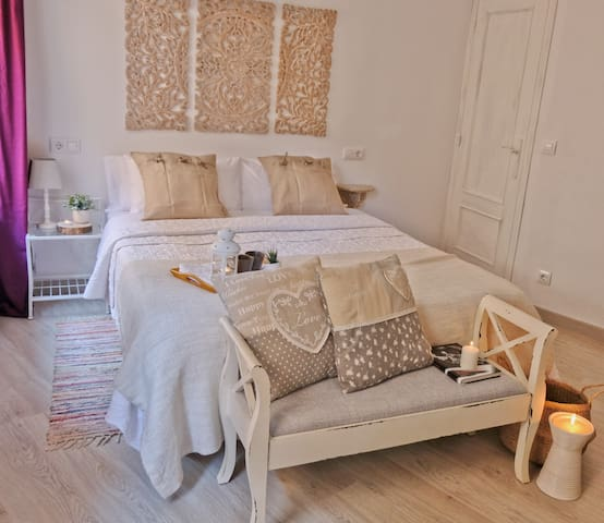 Cálida habitación con cama de matrimonio de 1,50