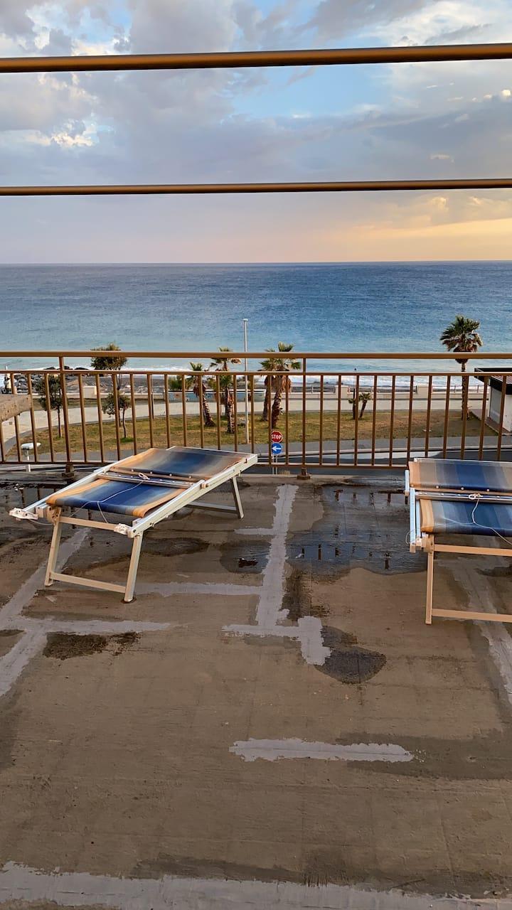 Miniappartamento in riva al mare e al centro paese