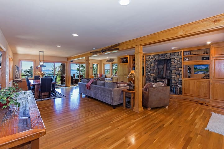 4000-square-foot house with a 1200sq ft living room. Amazing panoramic lake view, luxury 'Tahoe Modern' furnishings, huge deck for larger groups, TV/surround sound and a Harman wood burning stove.