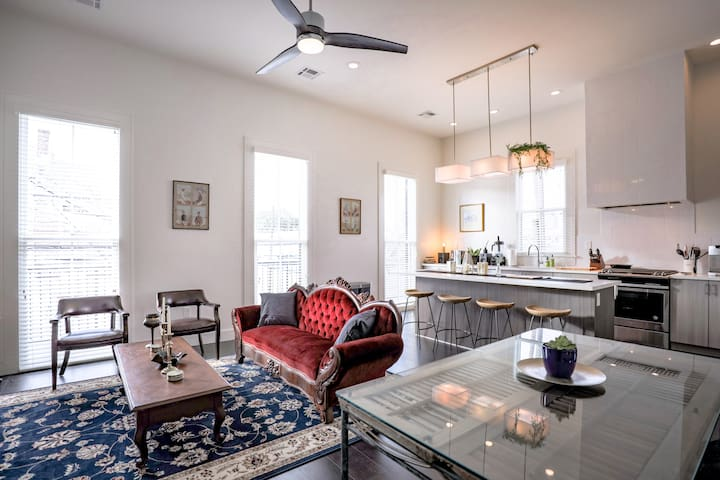 The Mason | 2BR Victorian Classic with Balcony on Magazine St