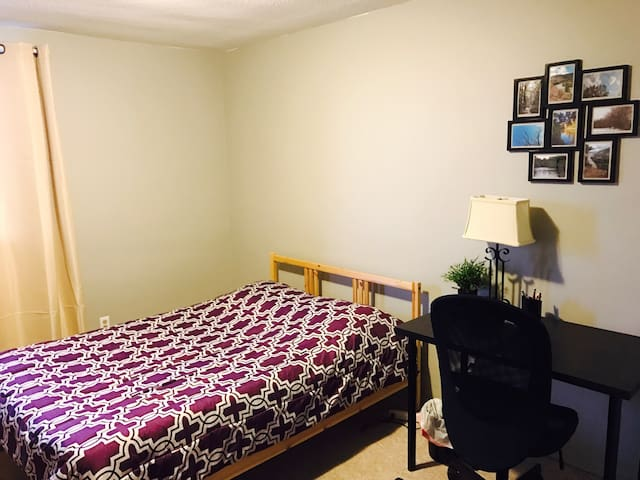 Spacious private room with double bed - Guelph - Lägenhet