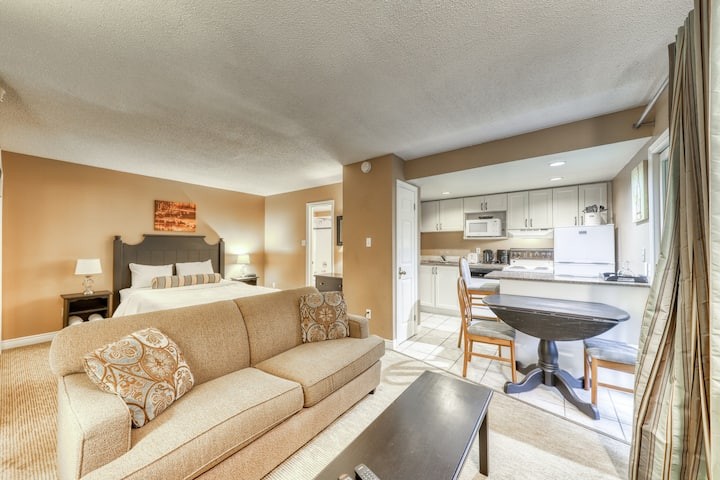 Cozy studio w/ jetted tub & shared pool/hot tub - walk to lifts, dogs OK!