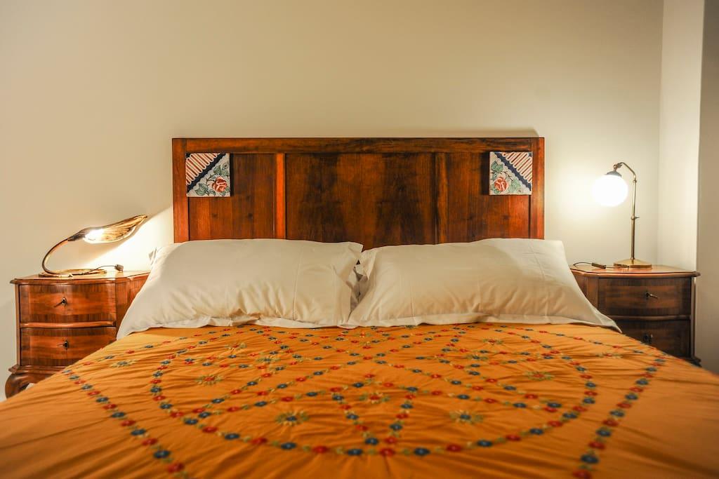 La testata del letto con mattonelle antiche napoletane