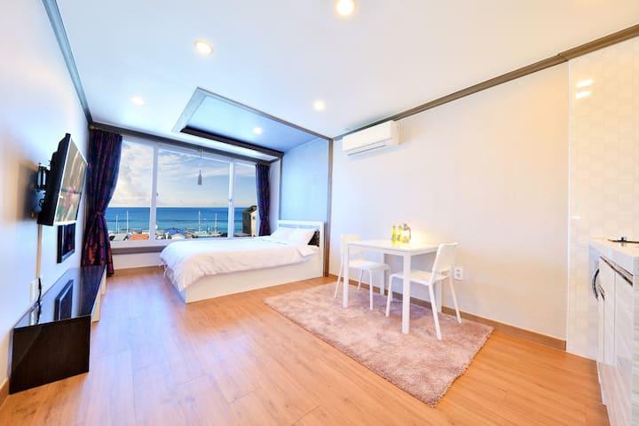 (3)301호 침실룸_아름다운 바다뷰가 창문너머 보이는 숙소