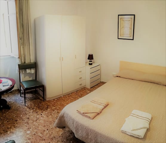 Room en Alicante con cama matrimonial, TV, WiFi
