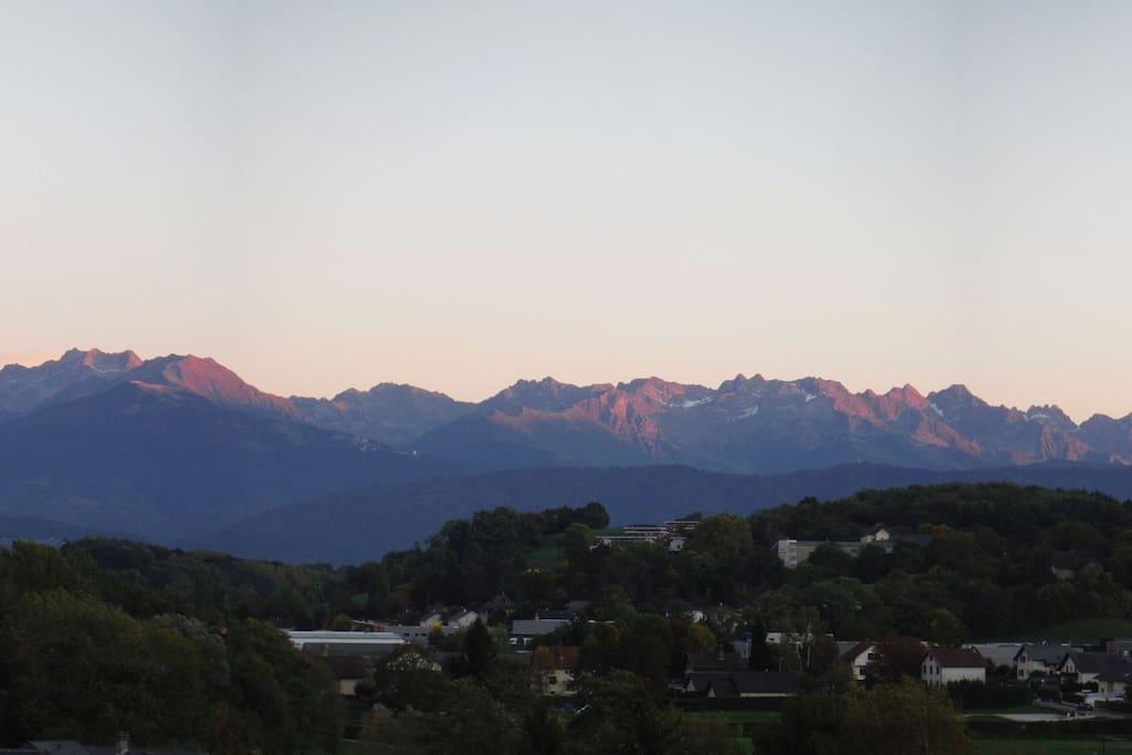 Une partie de la vue depuis la terrasse : massif de Belledonne