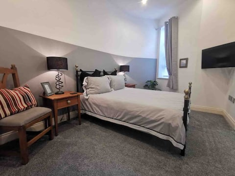 Double room and private en-suite with bath/shower
