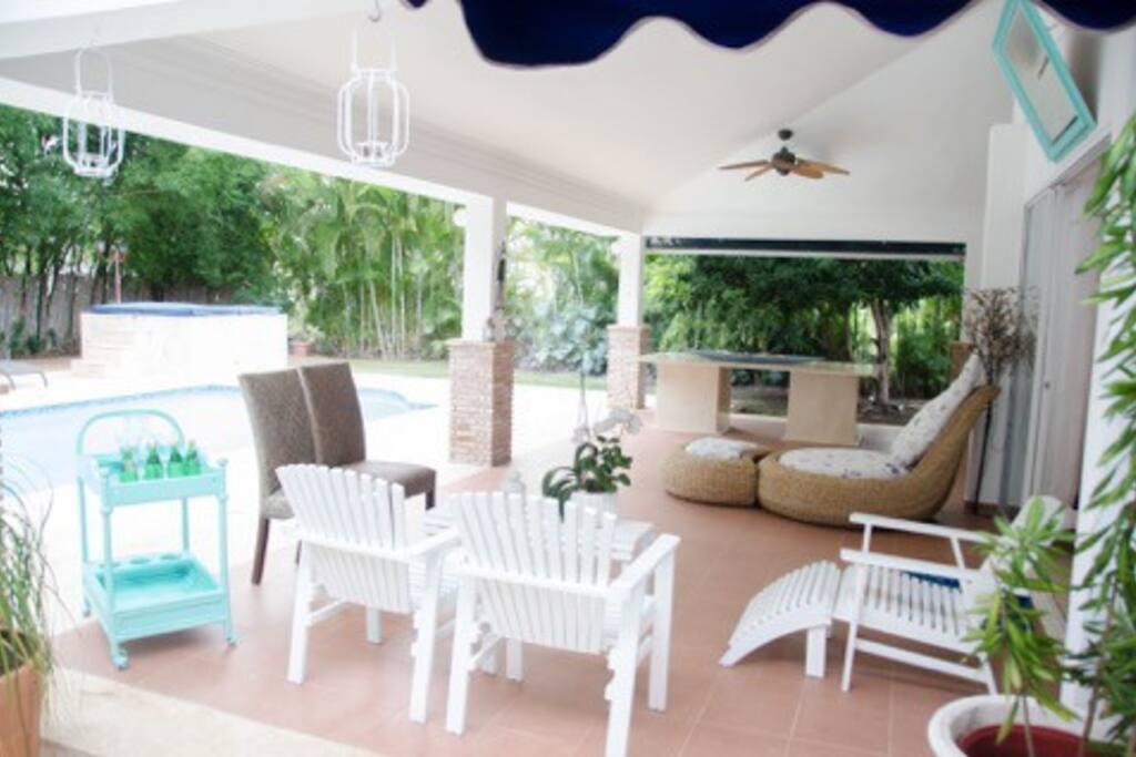 Terraza para disfrutar de vista al patio, piscina y Jacuzzi