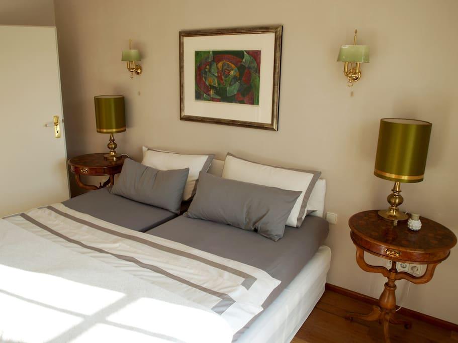 Helles, geräumiges Schlafzimmer mit Blick auf wunderschönen, romantischen Garten