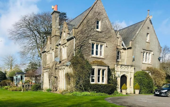 Two twin rooms, Victorian Manor House near Tisbury