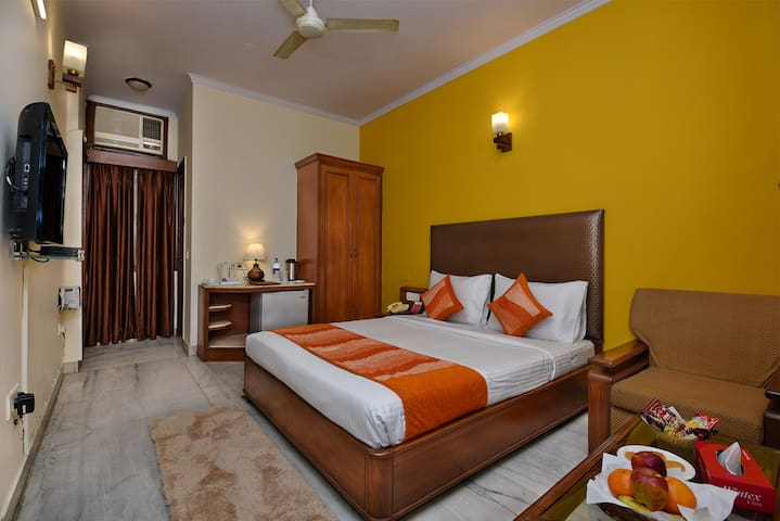 Deluxe Room in South Delhi on Main Mathura Road Near Nizamuddin Station