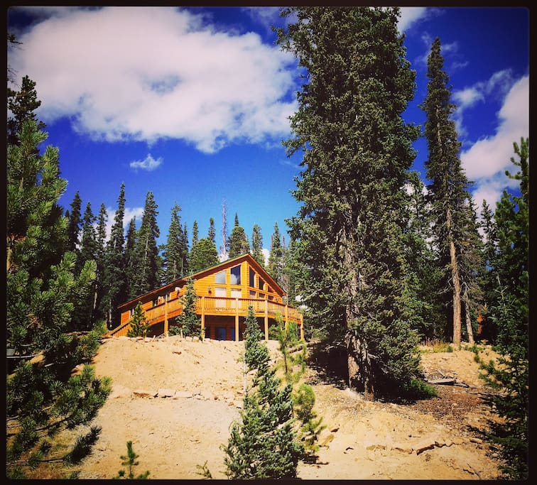 Beautiful 2000 sq ft cabin nestled in the Colorado Rockies!