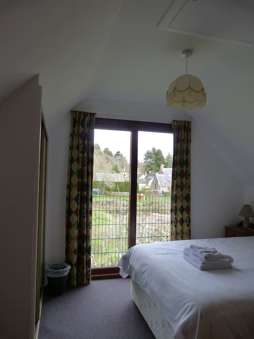 Double en-suite  room with rear garden view