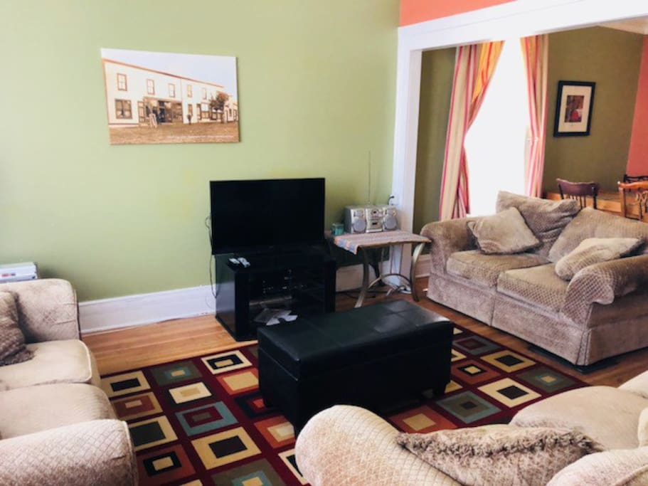 Great room with cable, netflix and wifi.  Plenty of room and seating.