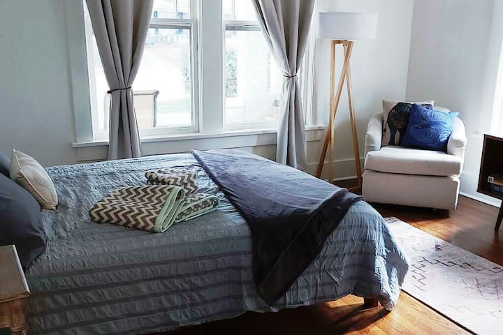 Bright large bedroom, private bath, near UofM