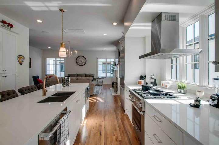 LUXURY NEW DOWNTOWN 4 BEDROOM 13 BEDS WITH ROOFTOP