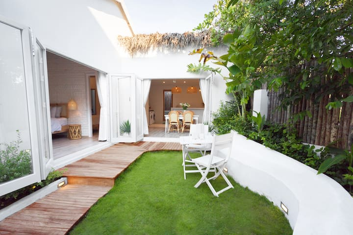 Designer's chic 2-bdr dream beach home