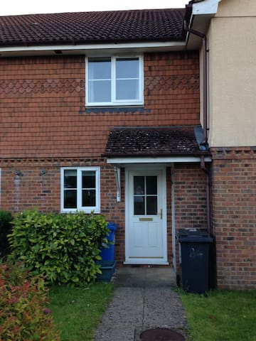 Modern 2 bed terraced house in quiet neighbourhood - Church Crookham - Huis
