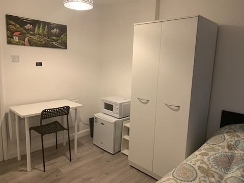 Modern Ensuite Flat+Parking 9 mins to Airport